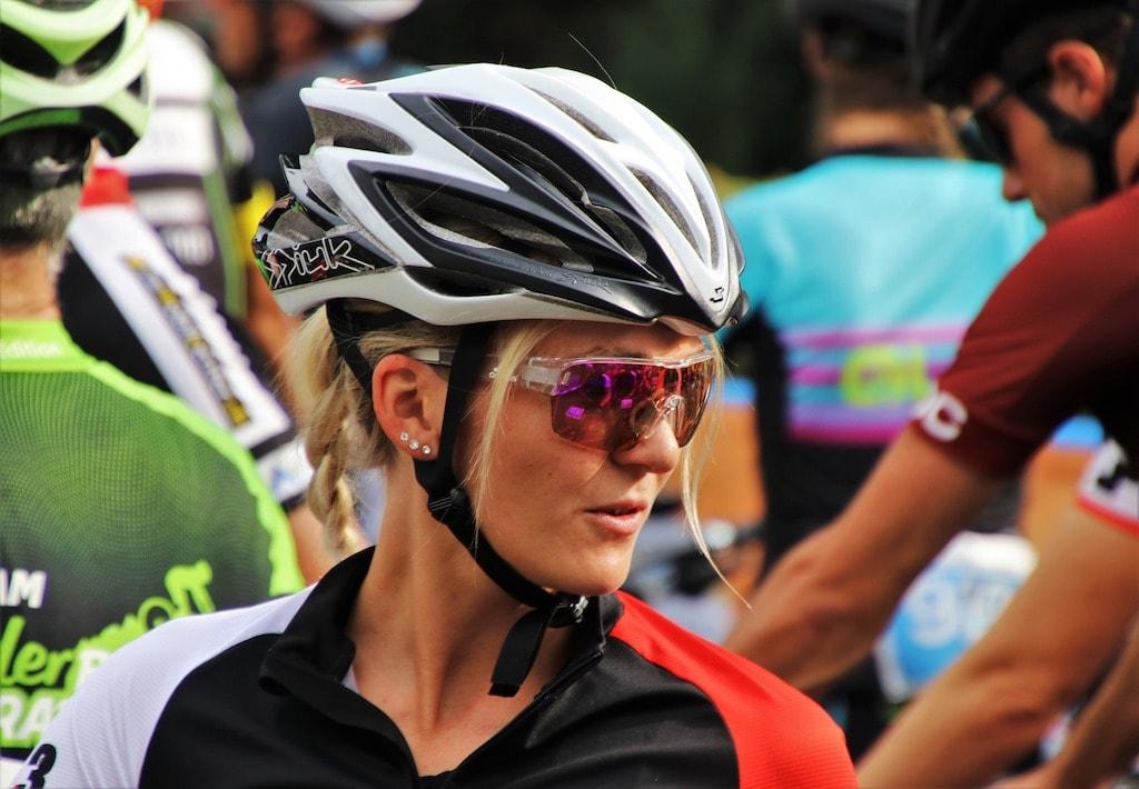 女性サイクリストのアイウェア
