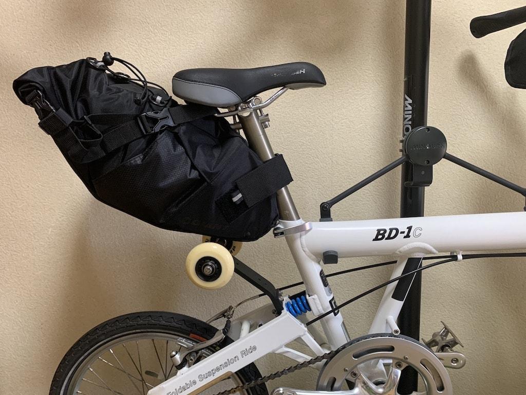 自転車に取り付けたサドルバッグ