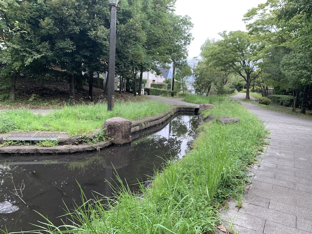 散歩道に流れる人工的な川