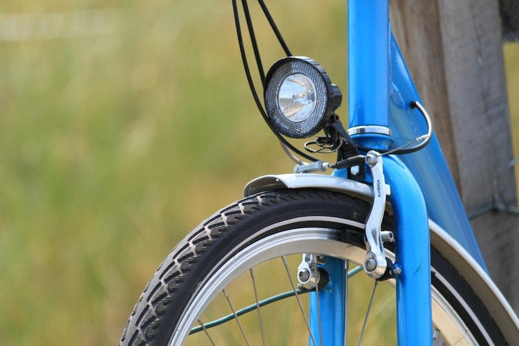 青い自転車と銀色フェンダー
