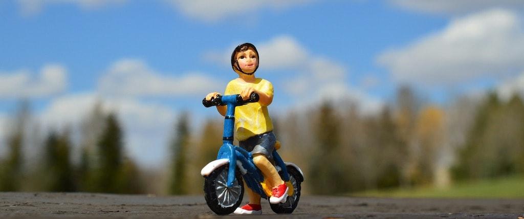 青い自転車の乗った子供