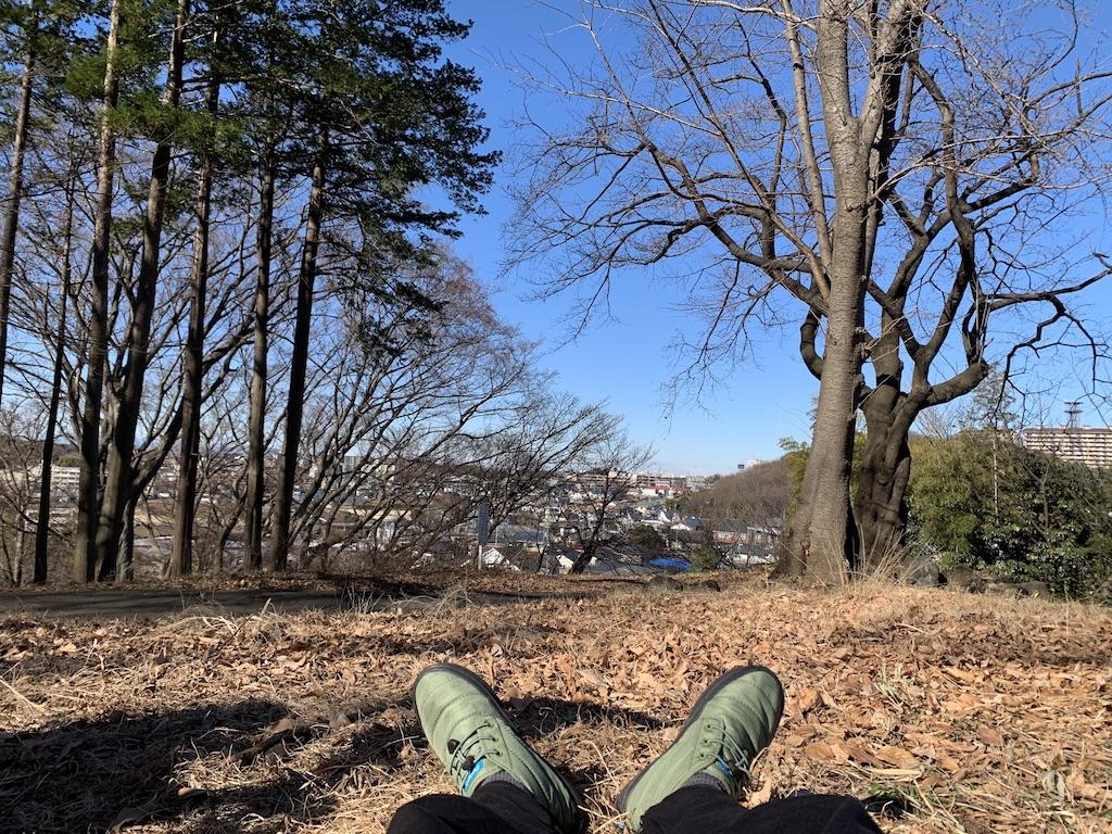公園で寝転ぶ