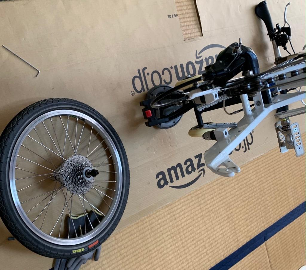 外れた後輪と自転車