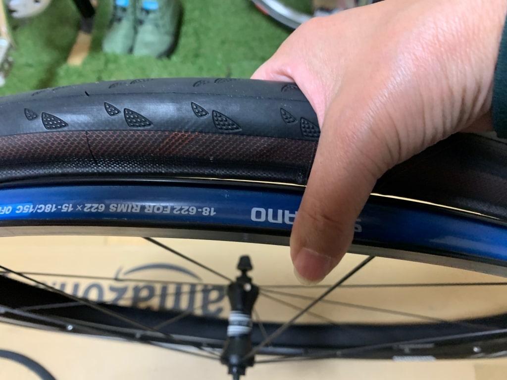 新しいタイヤの片側をリムにはめる