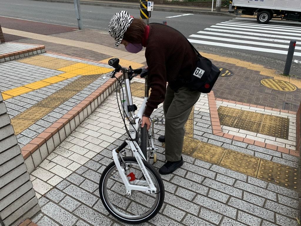 自転車の後輪を内側に畳む