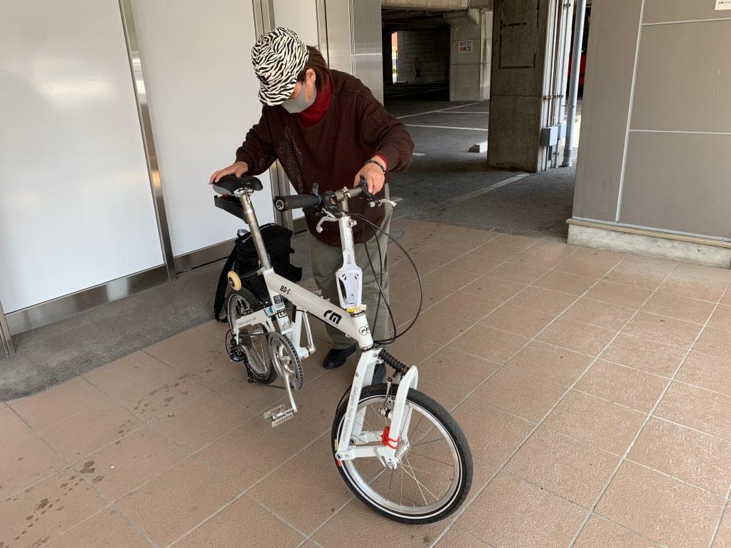 電車を降りて、自転車を展開する。