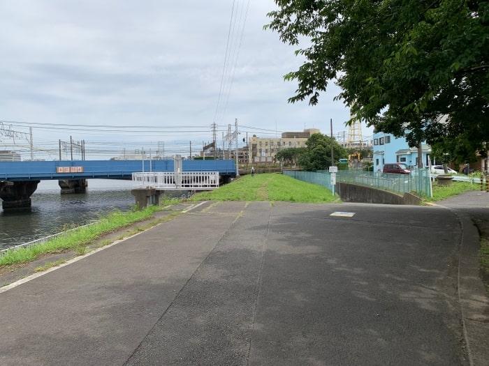 鶴見川 JR線 側道