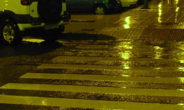 濡れた横断歩道